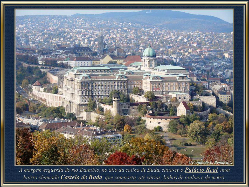 À margem esquerda do rio Danúbio, no alto da colina de Buda, situa-se o Palácio Real, num bairro chamado Castelo de Buda que comporta até várias linhas de ônibus e de metrô.
