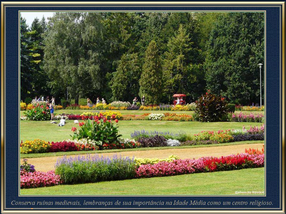 A ilha é coberta por parques de lindas paisagens e constitui uma área recreativa popular.