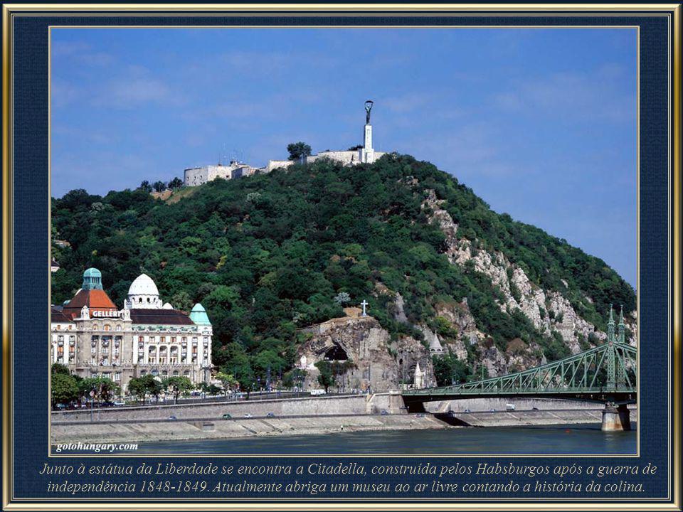 Visível de quase toda Budapeste, Colina Gellért – morro com 235 m – com a estátua da Liberdade em seu pico, é um dos marcos memoráveis da cidade. A es