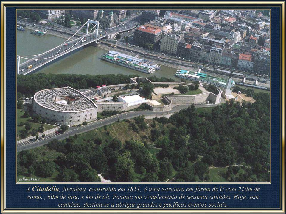 Junto à estátua da Liberdade se encontra a Citadella, construída pelos Habsburgos após a guerra de independência 1848-1849. Atualmente abriga um museu