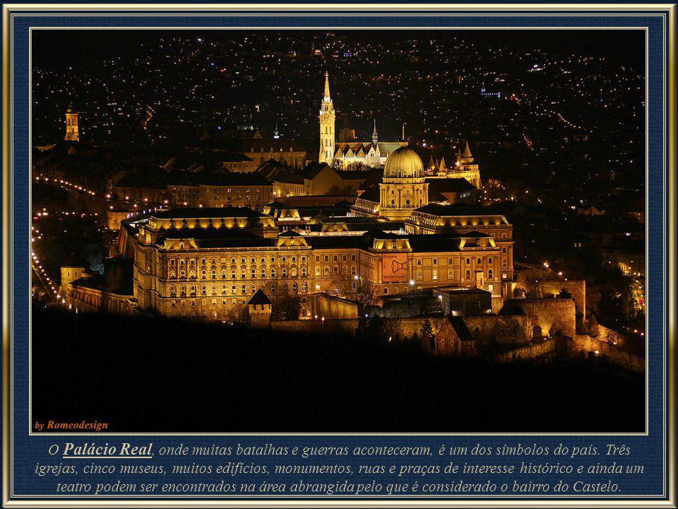 À margem esquerda do rio Danúbio, no alto da colina de Buda, situa-se o Palácio Real, num bairro chamado Castelo de Buda que comporta até várias linha