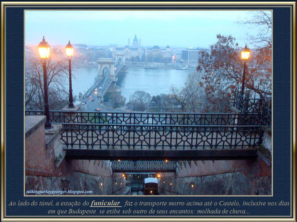 Ao lado do túnel, a estação do funicular faz o transporte morro acima até o Castelo, inclusive nos dias em que Budapeste se exibe sob outro de seus encantos: molhada de chuva...
