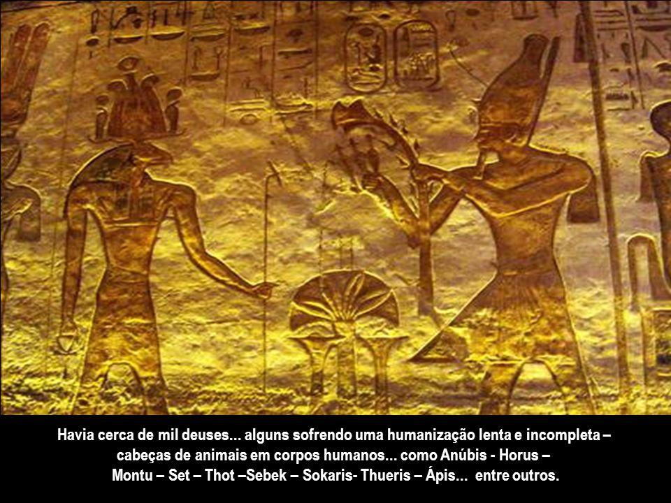 Em 4.200 a.C., a religião que predominava em Tebas... que se estendeu para todo o Egito... era o monoteísmo. No vértice do panteão... sentava-se um de