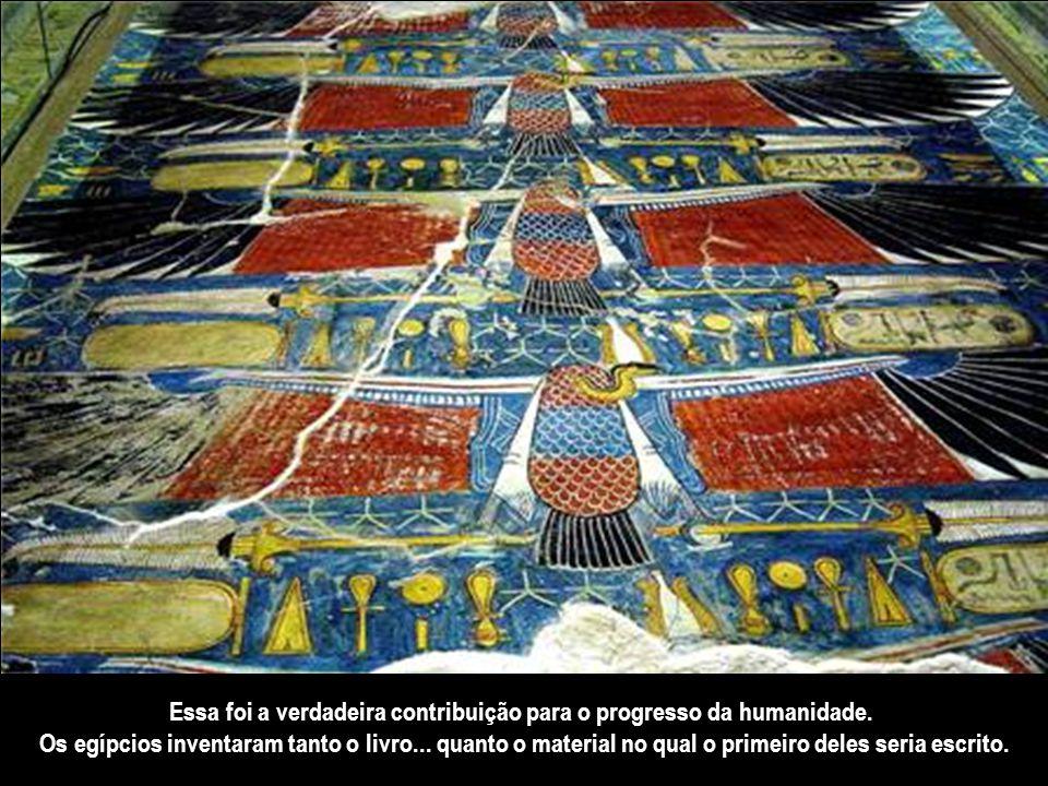 Os deuses ocupavam um lugar proeminente na arte egípcia... e parte sobreviveu graça à invenção de folhas de papel feitas com papiro.