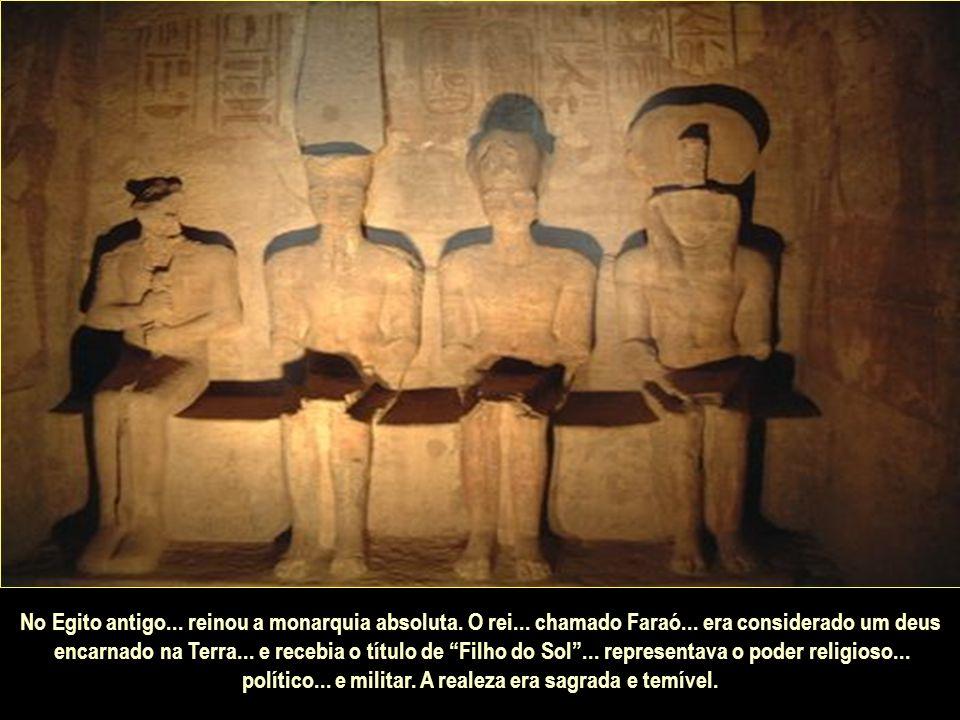 A pedra mostra em sua face uma longa inscrição em três línguas: hieroglífica (reservada aos sacerdotes)...