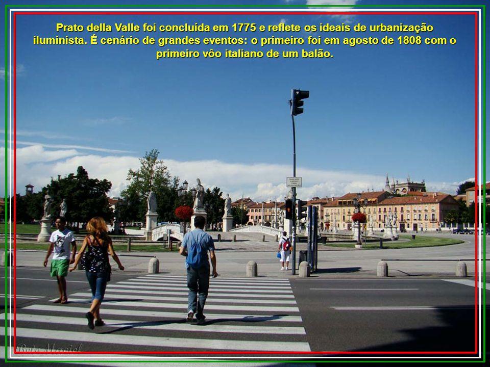 Prato della Valle é uma praça monumental que impressiona todos os visitantes. Ocupa uma área de aproximadamente 89 000 m2. Em seu centro está uma ilha