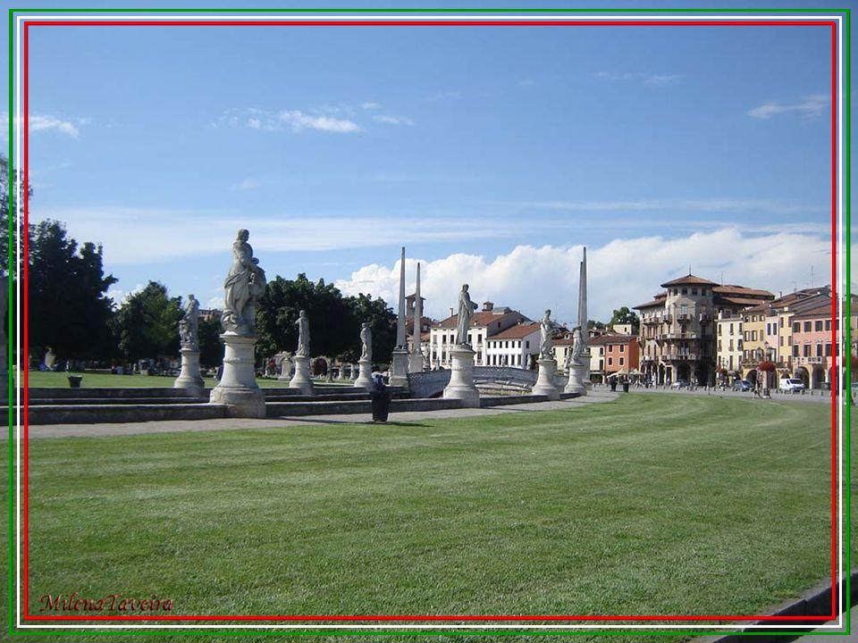 Prato della Valle foi concluída em 1775 e reflete os ideais de urbanização iluminista. É cenário de grandes eventos: o primeiro foi em agosto de 1808