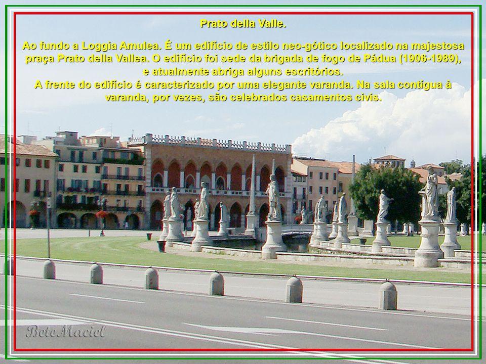Prato della Valle é uma das maiores praças da Europa. É cercada por uma longa linha de palácios, entre os quais o Amulea Loggia e da Igreja de Santa J