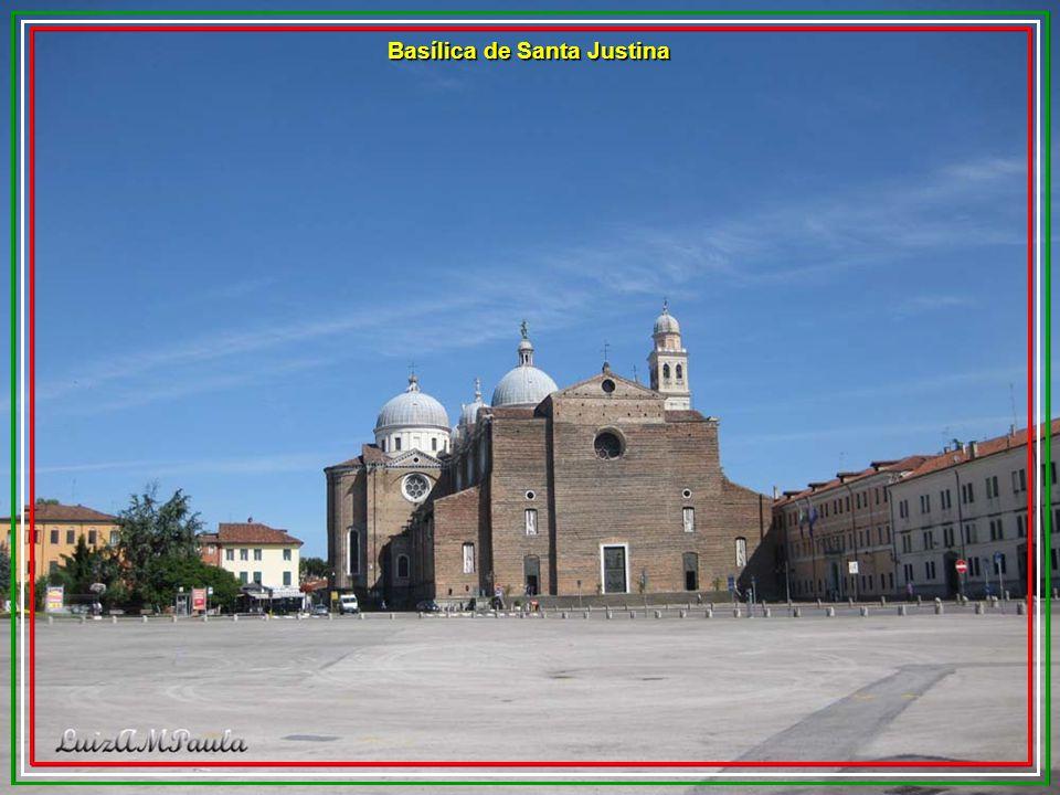 Ao fundo a Loggia Amulea. É um edifício de estilo neo-gótico localizado na majestosa praça Prato della Vallea. O edifício foi sede da brigada de fogo