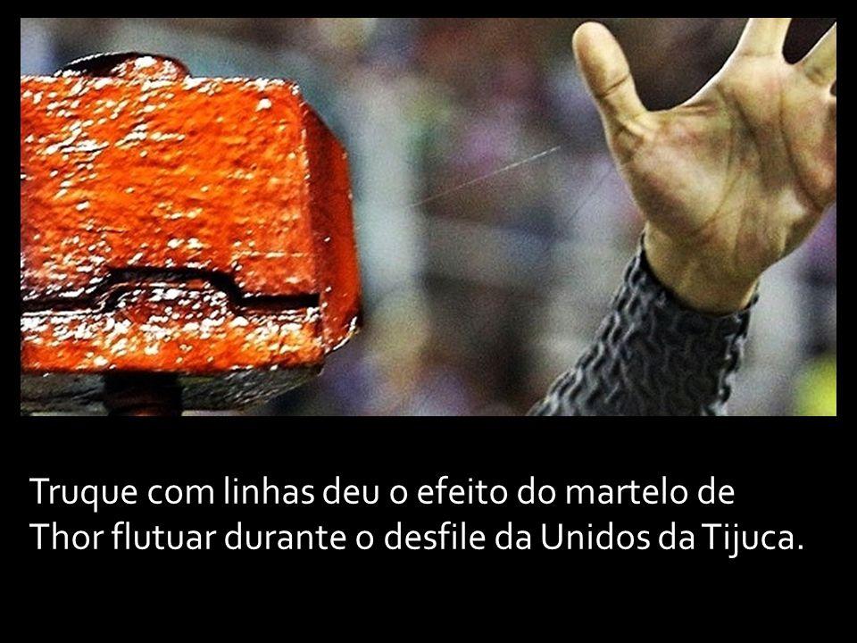Em outra imagem, feita pelo repórter fotográfico Júlio César Guimarães, do UOL, é possível ver o detalhe entre o artefato e o dedo polegar da mão esqu