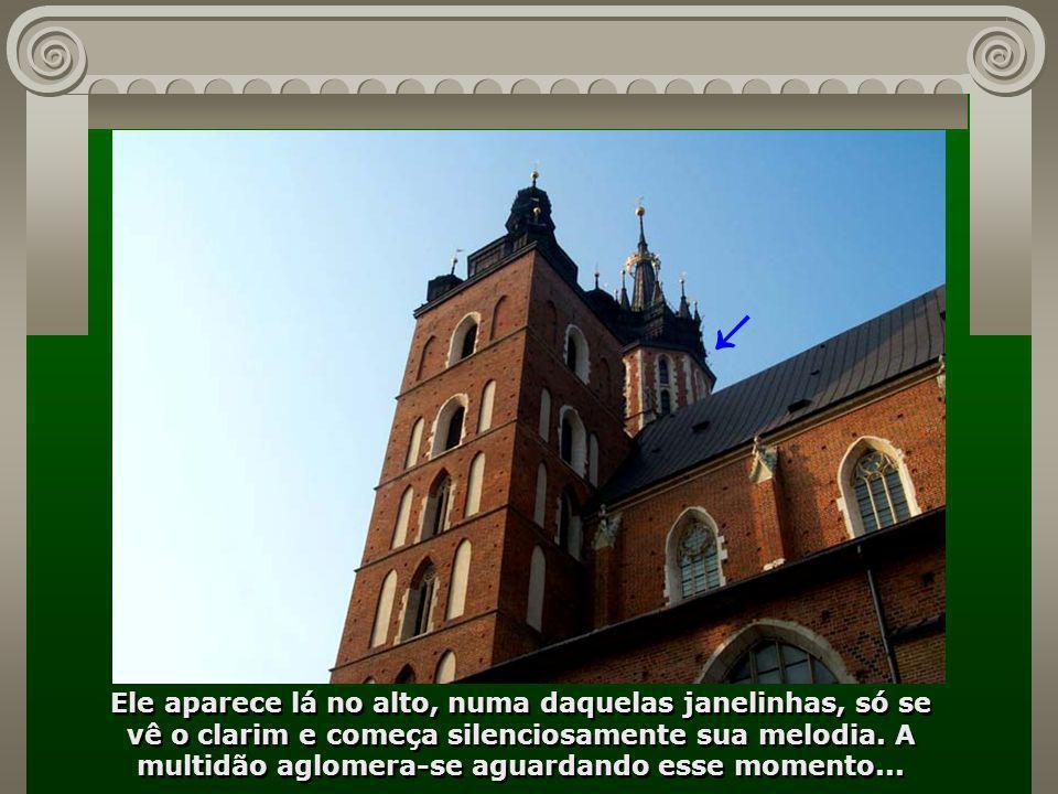 Preste atenção a essa melodia - ela é tocada de hora em hora, lá no alto da Torre da Igreja Maryacki, por um solitário tocador... é de arrepiar...