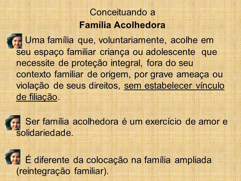 Uma família que, voluntariamente, acolhe em seu espaço familiar criança ou adolescente que necessite de proteção integral, fora do seu contexto famili