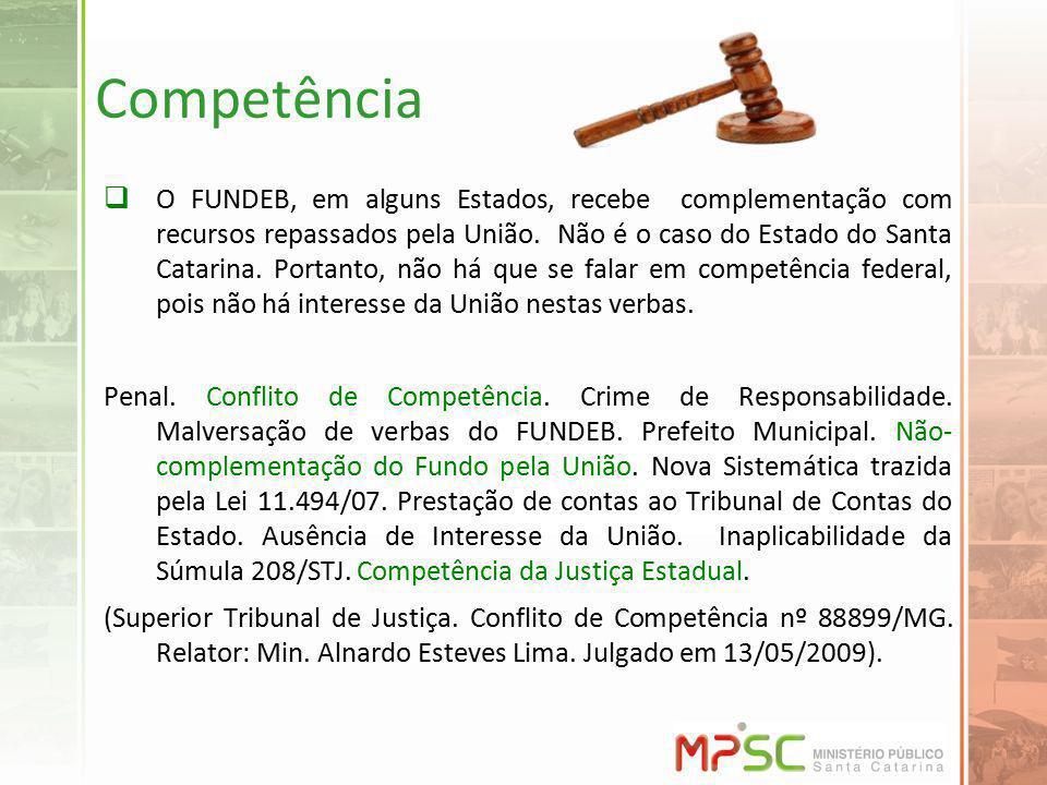 Competência O FUNDEB, em alguns Estados, recebe complementação com recursos repassados pela União. Não é o caso do Estado do Santa Catarina. Portanto,