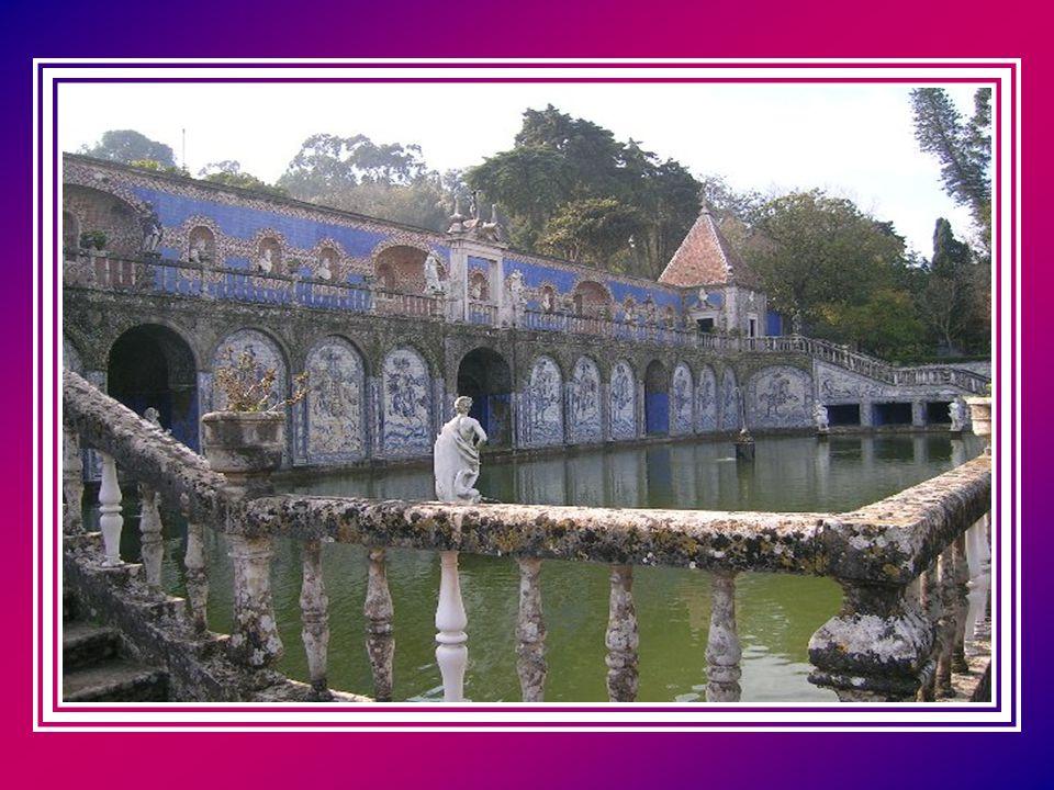 Saindo deste recanto bucólico, fica-se com vista para um enorme lago limitado por uma parede azulejada, de composição figurativa, em que se pode ver d