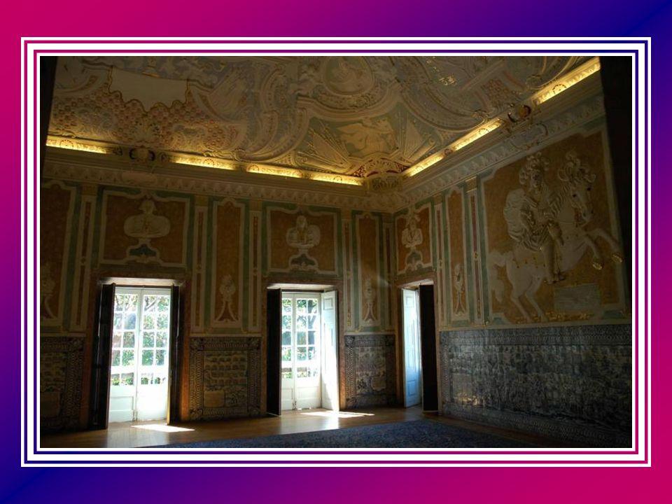 No interior do Palácio encontra-se salas de grande valor artístico, como o Salão das Batalhas, cujo friso de azulejos relata os triunfos do marquês, n