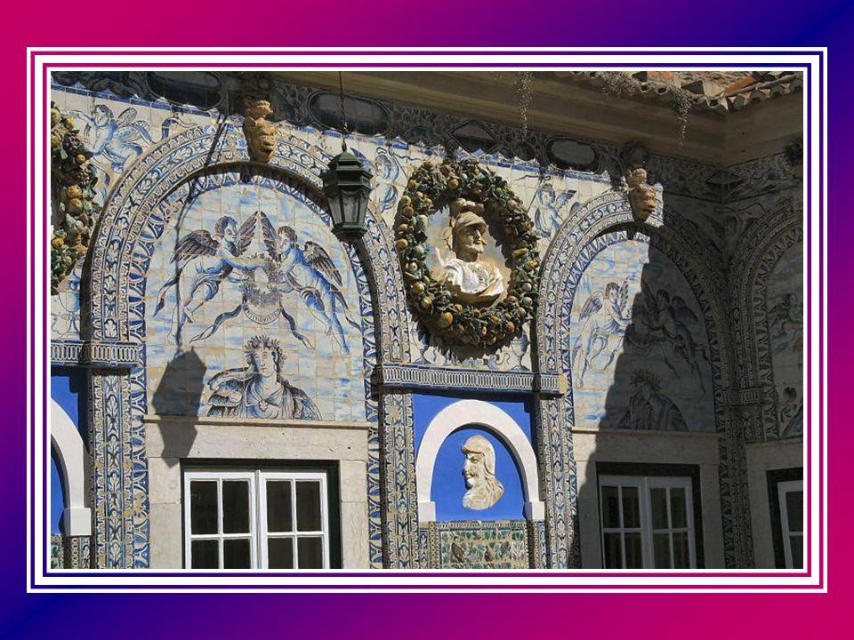 Saindo deste recanto bucólico, fica-se com vista para um enorme lago limitado por uma parede azulejada, de composição figurativa, em que se pode ver doze cavaleiros a galope, intervalada por três grutas.