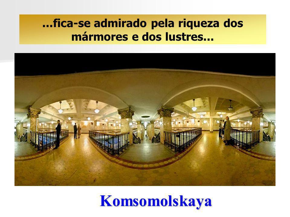 Komsomolskaya O visitante estrangeiro tem a impressão de estar nas amplas salas de um Museu...