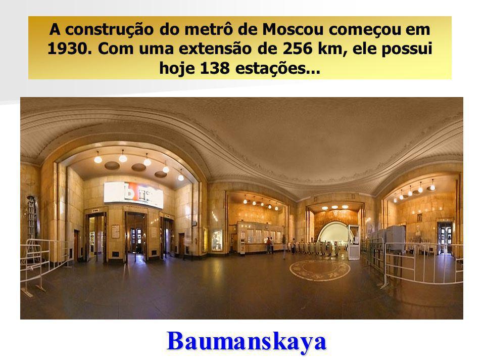 As Estações de Metrô de Moscou O metrô de Moscou merece uma visita particular. Certamente, você irá apreciar a sua arquitetura bem típica ….