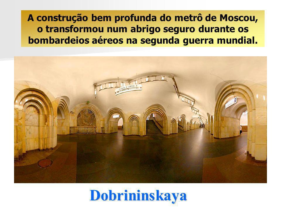 Dobrininskaya A construção bem profunda do metrô de Moscou, o transformou num abrigo seguro durante os bombardeios aéreos na segunda guerra mundial.