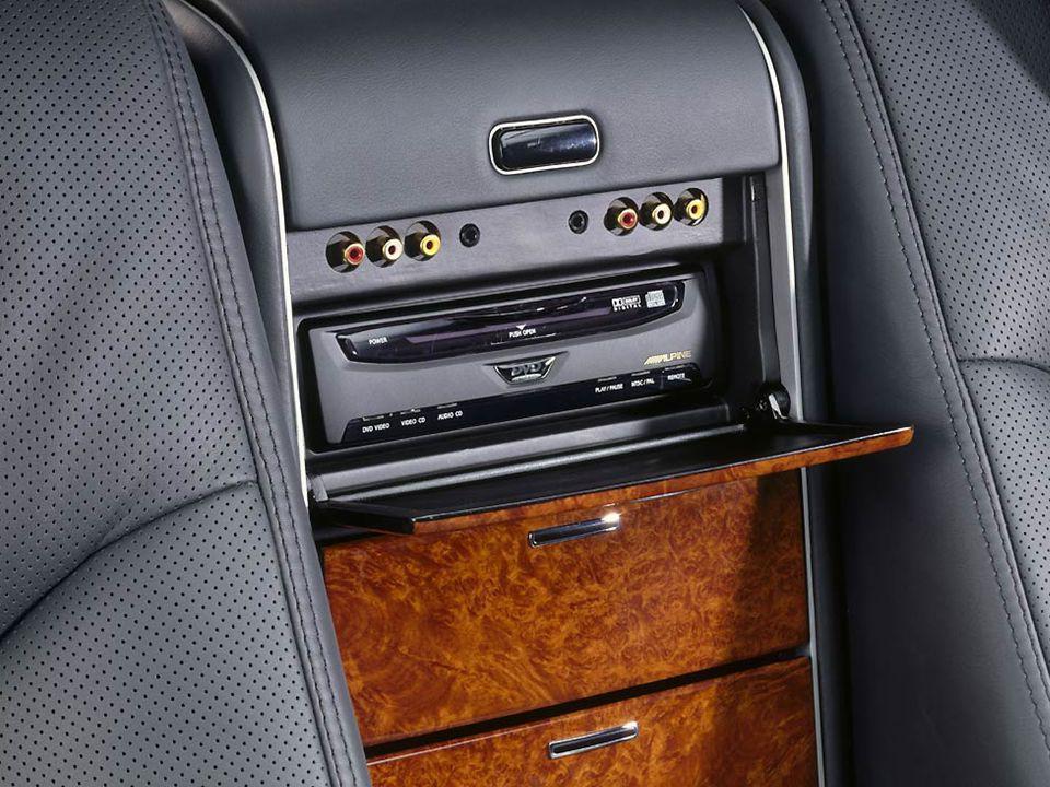 Carregador de seis CD, monitor (imagen), reproductor de DVD, conecções para reprodução em MP3 e vídeo.