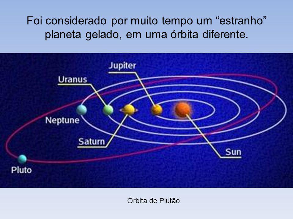 Foi considerado por muito tempo um estranho planeta gelado, em uma órbita diferente. Órbita de Plutão