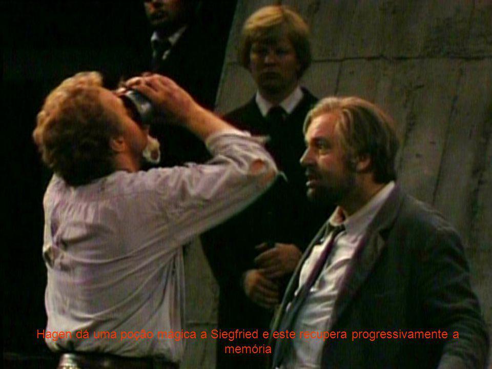 Hagen dá uma poção mágica a Siegfried e este recupera progressivamente a memória
