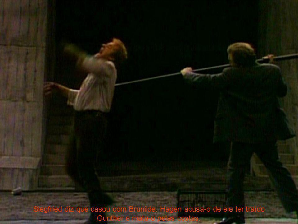 Siegfried diz que casou com Brunilde. Hagen acusa-o de ele ter traído Gunther e mata-o pelas costas.