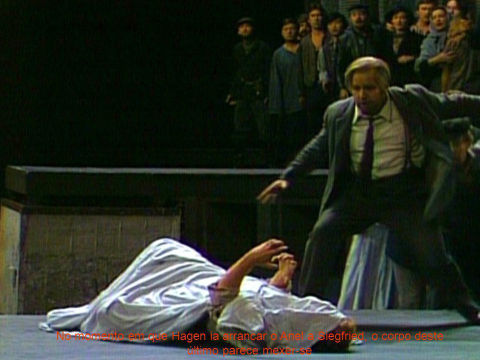 No momento em que Hagen ia arrancar o Anel a Siegfried, o corpo deste último parece mexer-se
