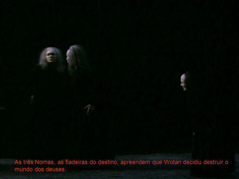 As três Nornas, as fiadeiras do destino, apreendem que Wotan decidiu destruir o mundo dos deuses.