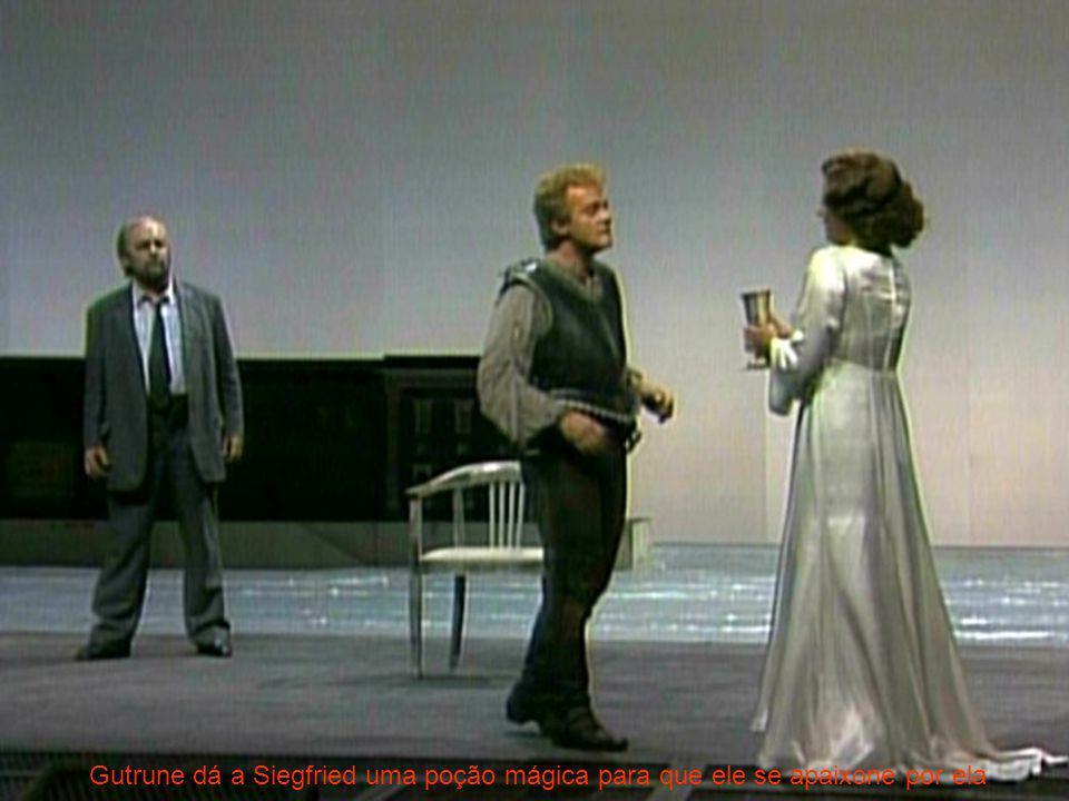 Gutrune dá a Siegfried uma poção mágica para que ele se apaixone por ela