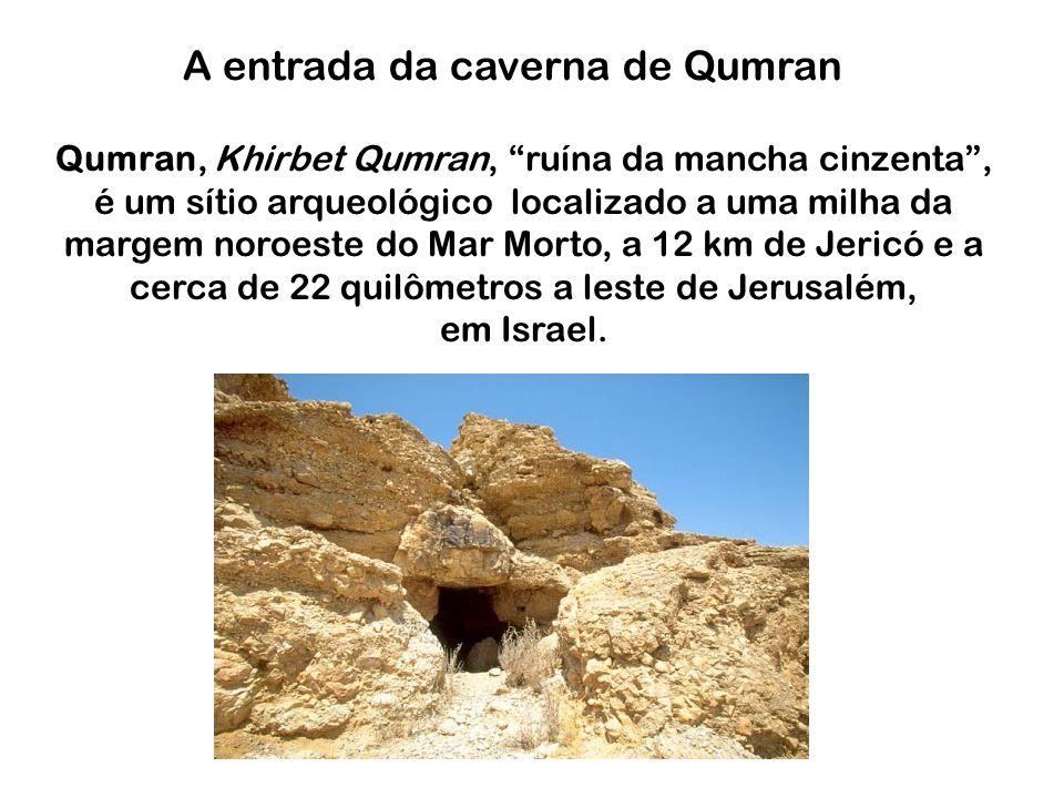 A entrada da caverna de Qumran Qumran, Khirbet Qumran, ruína da mancha cinzenta, é um sítio arqueológico localizado a uma milha da margem noroeste do Mar Morto, a 12 km de Jericó e a cerca de 22 quilômetros a leste de Jerusalém, em Israel.