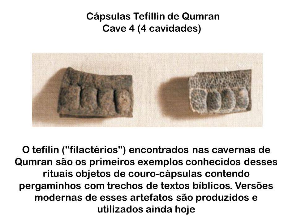 O tefilin ( filactérios ) encontrados nas cavernas de Qumran são os primeiros exemplos conhecidos desses rituais objetos de couro-cápsulas contendo pergaminhos com trechos de textos bíblicos.