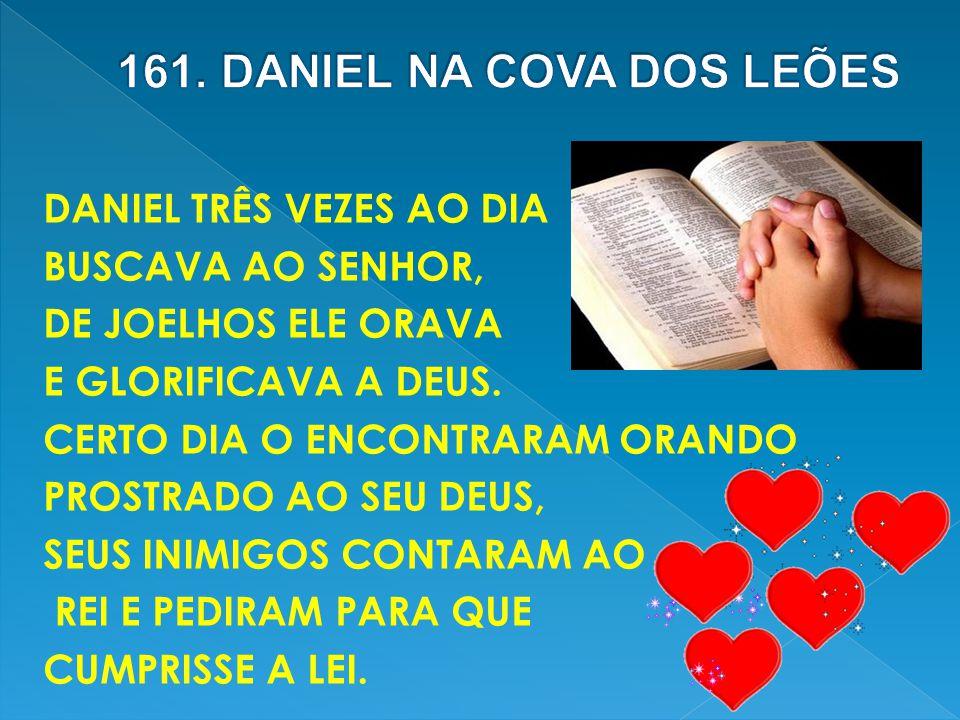 DANIEL TRÊS VEZES AO DIA BUSCAVA AO SENHOR, DE JOELHOS ELE ORAVA E GLORIFICAVA A DEUS. CERTO DIA O ENCONTRARAM ORANDO PROSTRADO AO SEU DEUS, SEUS INIM