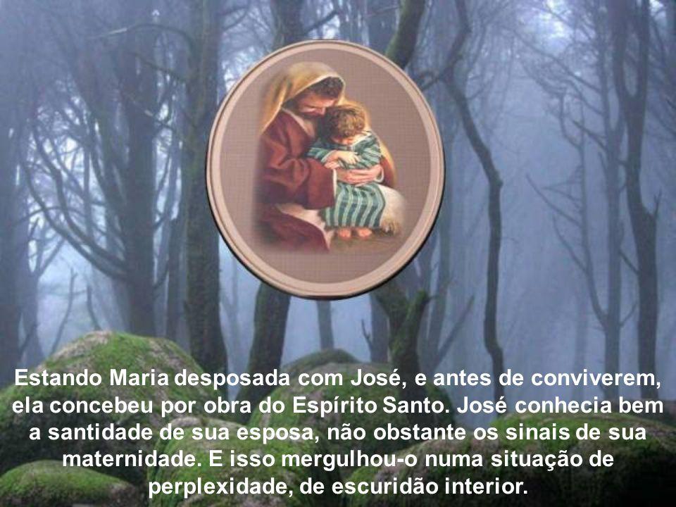 Estando Maria desposada com José, e antes de conviverem, ela concebeu por obra do Espírito Santo.