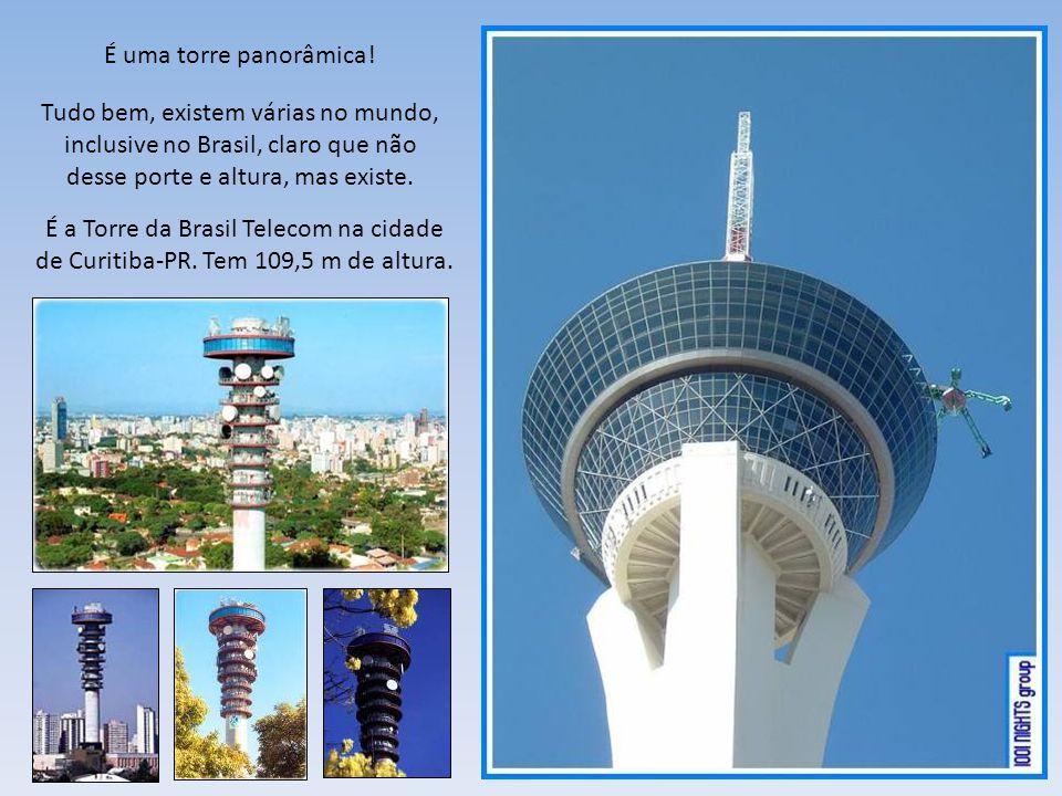 Mais de perto. Lá em cima! A torre tem 350 metros de altura, equivalente a 110 andares.