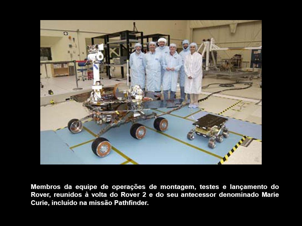 Membros da equipe de operações de montagem, testes e lançamento do Rover, reunidos à volta do Rover 2 e do seu antecessor denominado Marie Curie, incl