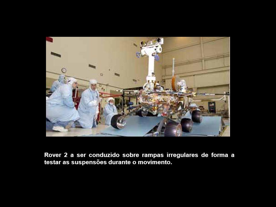 Rover 2 a ser conduzido sobre rampas irregulares de forma a testar as suspensões durante o movimento.