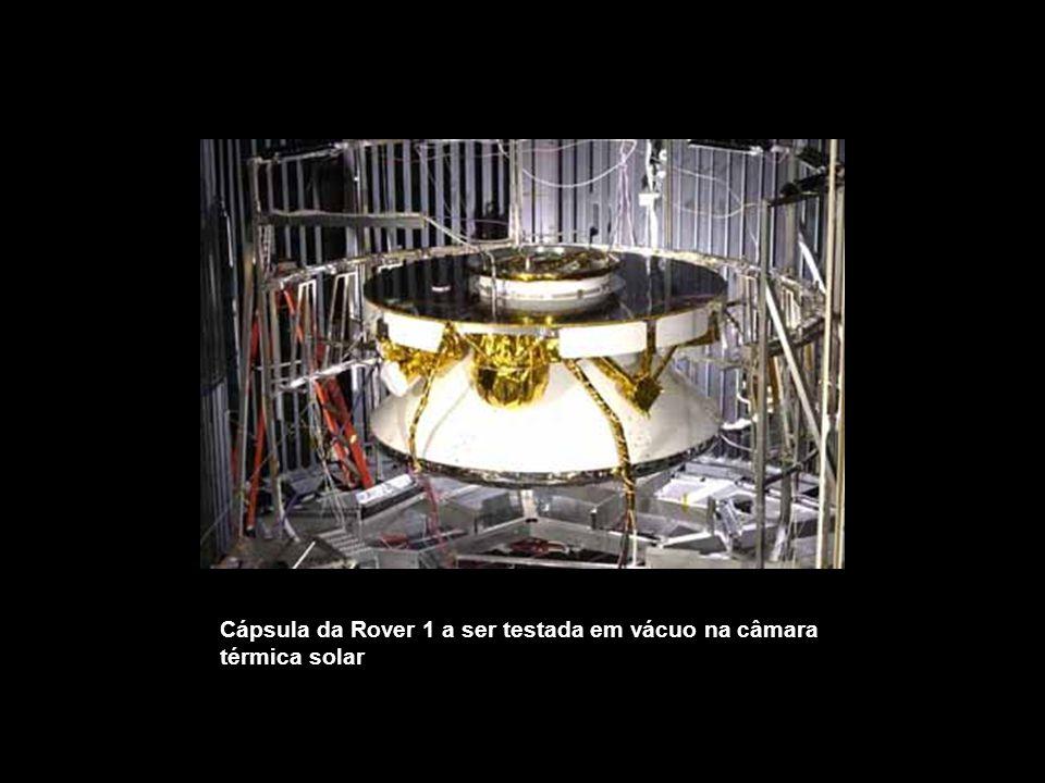 Cápsula da Rover 1 a ser testada em vácuo na câmara térmica solar