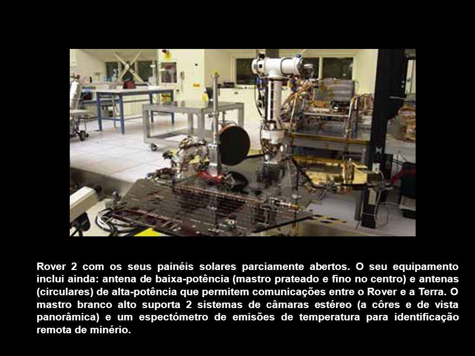 Rover 2 com os seus painéis solares parciamente abertos. O seu equipamento inclui ainda: antena de baixa-potência (mastro prateado e fino no centro) e