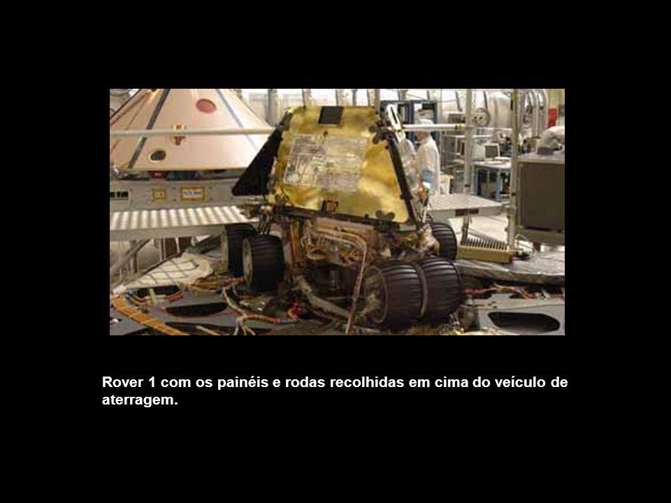 Rover 1 com os painéis e rodas recolhidas em cima do veículo de aterragem.