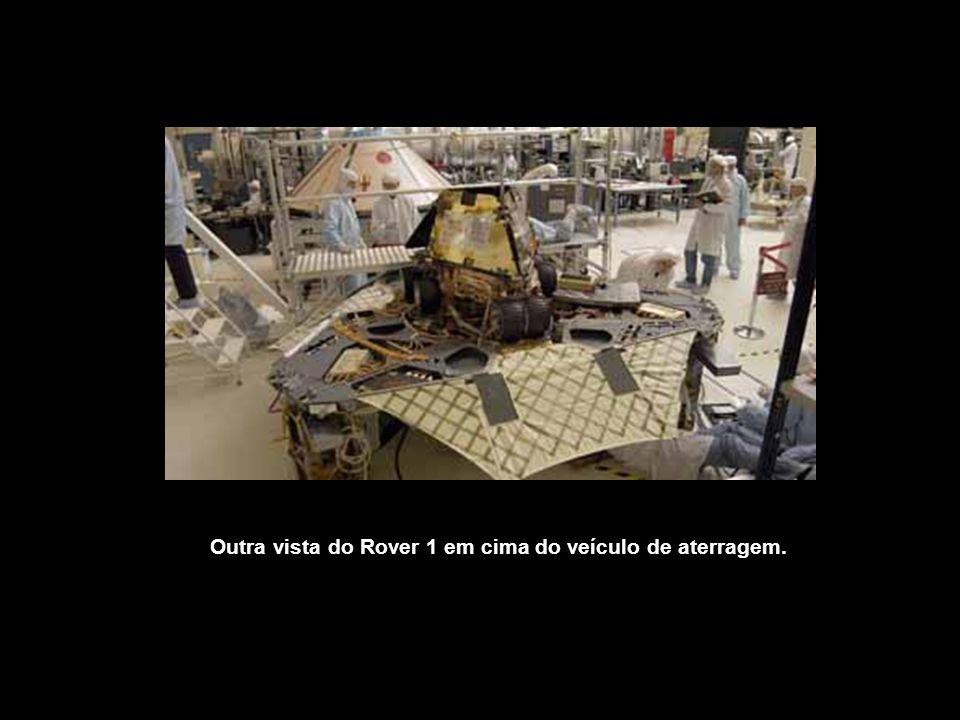 Outra vista do Rover 1 em cima do veículo de aterragem.