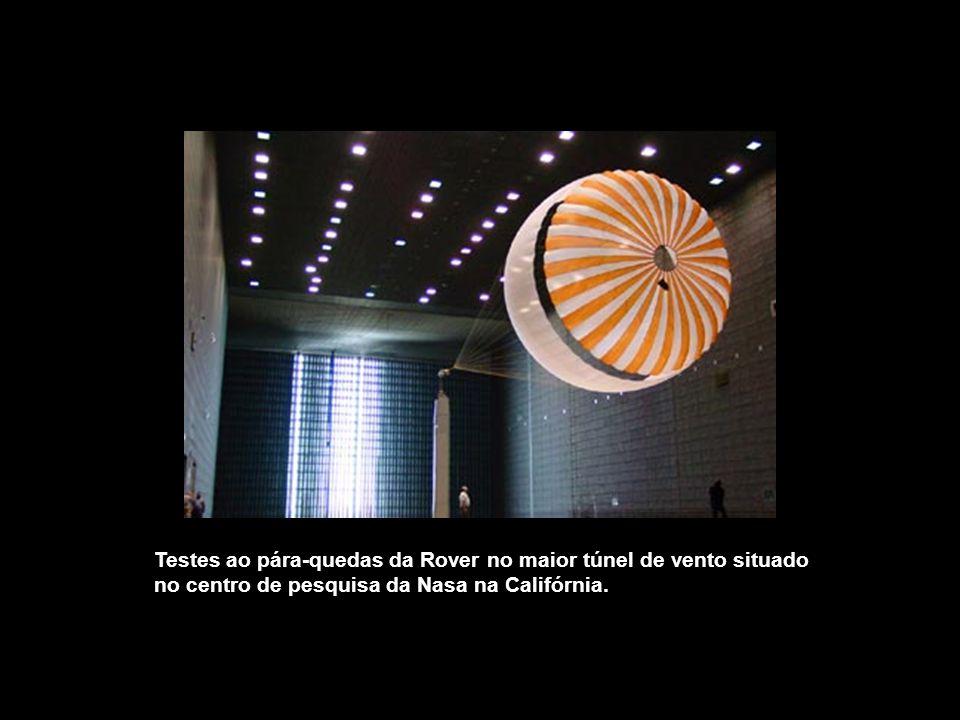 Testes ao pára-quedas da Rover no maior túnel de vento situado no centro de pesquisa da Nasa na Califórnia.