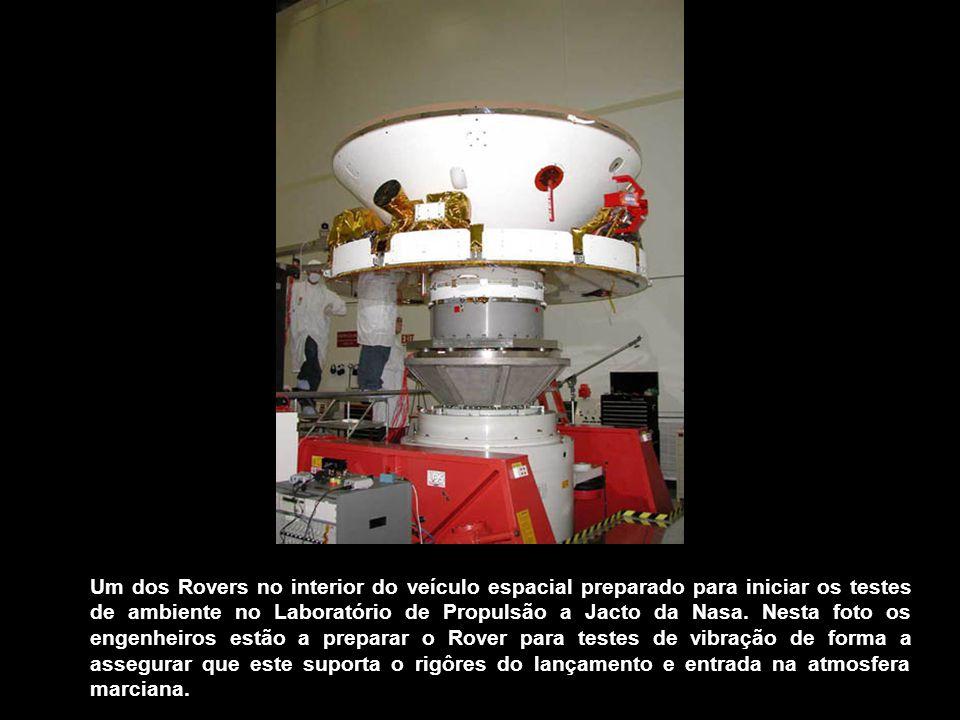 Um dos Rovers no interior do veículo espacial preparado para iniciar os testes de ambiente no Laboratório de Propulsão a Jacto da Nasa.