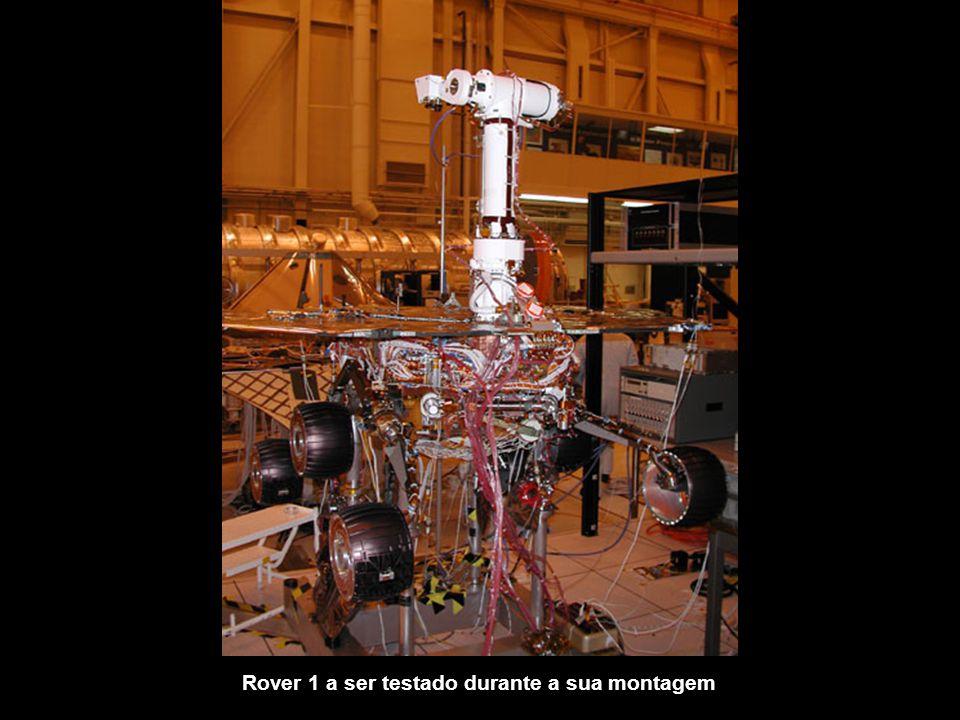 Engenheiros da Nasa a manobrarem a cápsula que inclui o robô Rover 2