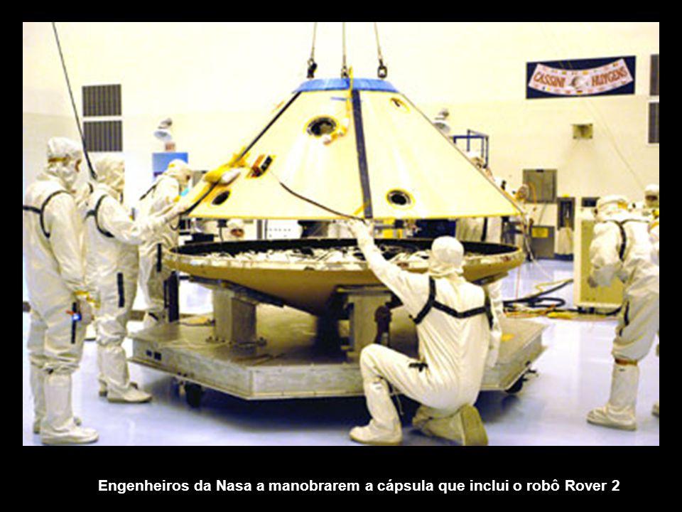 Membros da equipe de operações de montagem, testes e lançamento do Rover, reunidos à volta do Rover 2 e do seu antecessor denominado Marie Curie, incluído na missão Pathfinder.