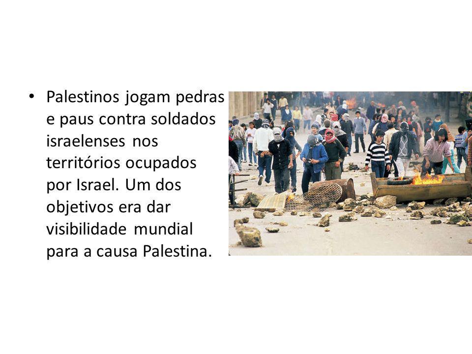 Palestinos jogam pedras e paus contra soldados israelenses nos territórios ocupados por Israel. Um dos objetivos era dar visibilidade mundial para a c