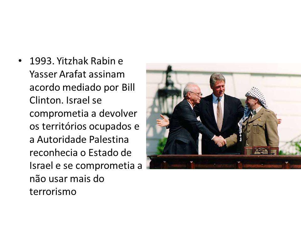 1993. Yitzhak Rabin e Yasser Arafat assinam acordo mediado por Bill Clinton. Israel se comprometia a devolver os territórios ocupados e a Autoridade P