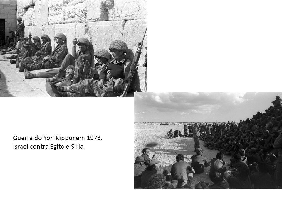 Com a criação do Estado de Israel aproximadamente 900mil palestinos que viviam na região foram expulsos.