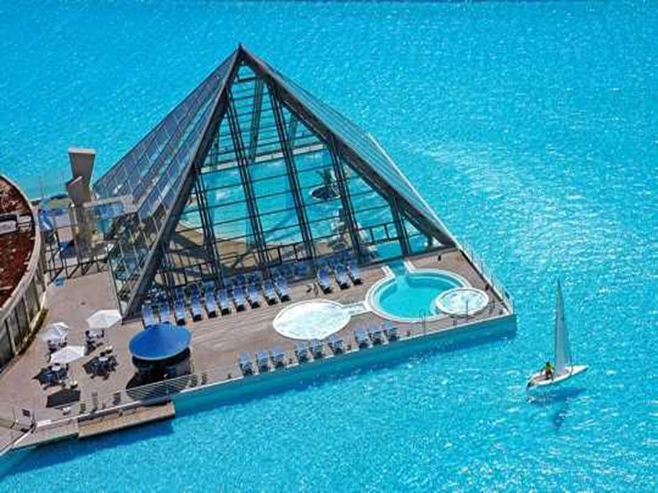 Para construir esta piscina Foram investidos 3,5 milhões de dólares, (segundo informação de sua construtora: Crystal Lagoons) Um custo que não parece elevado Levando-se em conta o gigantismo da obra.