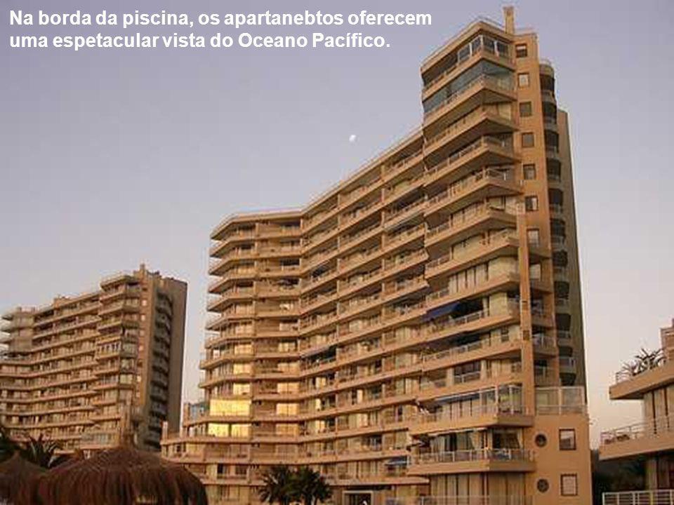 Na orla da piscina, o complexo é composto por inúmeros apartamentos que são vendidos ou alugados. Não há hotel.